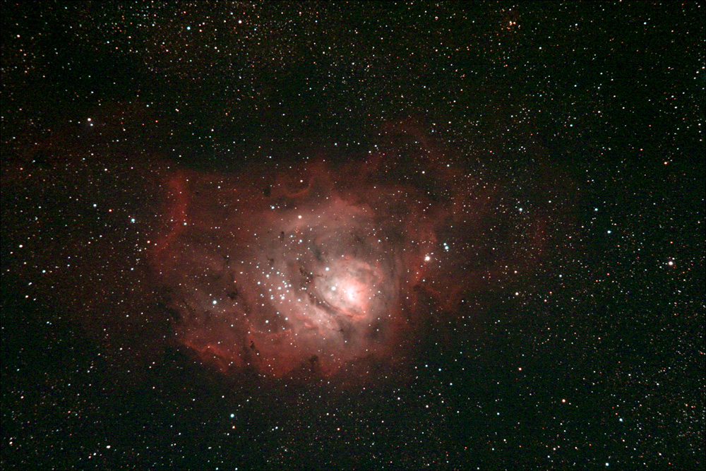 """Nebulosa M8 (Laguna) nella costellazione del Sagittario. Ripresa effettuata il 06/07/2016 dall'Osservatorio Astronomico Aurunco """"M. Hack"""" di Sessa Aurunca (Ce) in gestione """"remota"""". Telescopio apo Sharpstar AL106II con spianatore di campo da 2"""" e filtro UHC Astronomik su 10 Micron GM2000QCI e camera Canon Eos 550D modificata Baader con raffreddamento (delta -8°C). Somma di 11 pose da 90 secondi a 3200 iso. No autoguida, dark e flat."""