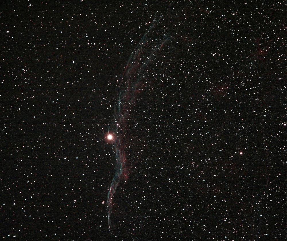 """Nebulosa NGC6990 (sezione occidentale della nebulosa Velo) nella costellazione del Cigno. Ripresa effettuata il 05/07/2016 dall'Osservatorio Astronomico Aurunco """"M. Hack"""" di Sessa Aurunca (Ce) in gestione """"remota"""". Telescopio apo Sharpstar AL106II con spianatore di campo da 2"""" e filtro UHC Astronomik su 10 Micron GM2000QCI e camera Canon Eos 550D modificata Baader con raffreddamento (delta -8°C). Somma di 11 pose da 150 secondi a 3200 iso. No autoguida, dark e flat."""