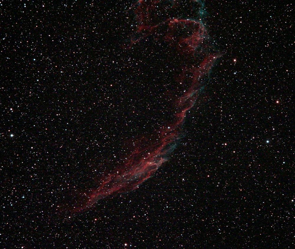 """Nebulosa NGC6992 (Sezione orientale della nebulosa Velo) nella costellazione del Cigno. Ripresa effettuata il 04/07/2016 dall'Osservatorio Astronomico Aurunco """"M. Hack"""" di Sessa Aurunca (Ce) in gestione """"remota"""". Telescopio apo Sharpstar AL106II con spianatore di campo da 2"""" e filtro UHC Astronomik su 10 Micron GM2000QCI e camera Canon Eos 550D modificata Baader con raffreddamento (delta -8°C). Somma di 10 pose da 150 secondi a 3200 iso. No autoguida, dark e flat."""